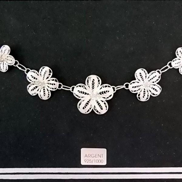 Délicat et discret collier de fleur en argent à prix abordable