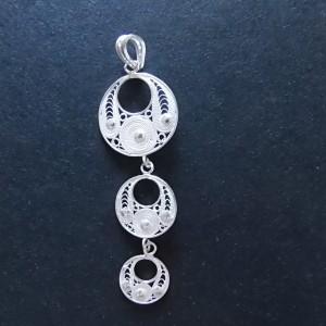 Délicat pendentif s'accordant avec le reste de la parure Lingkaran, très féminine.