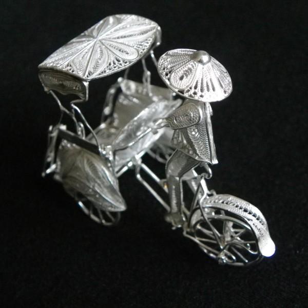 Vélo et homme en filigrane d'argent