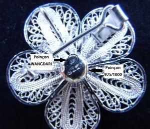 Image représentant les deux poinçons que vous pouvez retrouver sur nos bijoux en argent Wangdari - le poinçon de maître 925/1000 et le poinçon d'importateur