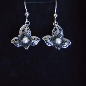 Boucles d'oreille en argent 625/1000 noirci, peu d'exemplaire sur notre site, elle comporte en son centre une perle de nacre.