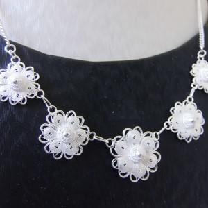 Ravissant collier fabriqué de manière artisanal grâce au procédé de la broderie d'argent. Marque Wangdari.