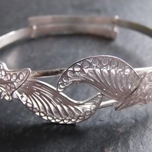Magnifique bracelet travaillé avec finesse qui s'ajustera à n'importe quel poignet