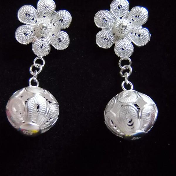 Délicates boucles d'oreille en filets d'argent entrelacés représentant une fleur à laquelle est suspendu une sphère
