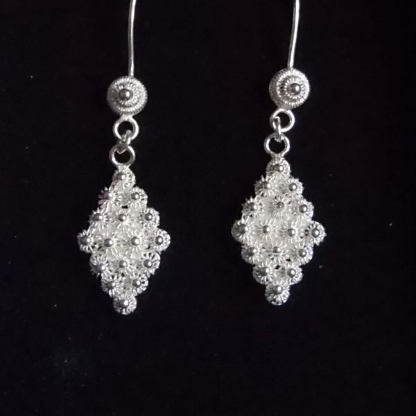 Petite paire de boucles d'oreille pendantes en forme de losange, brodé en filigrane d'argent.