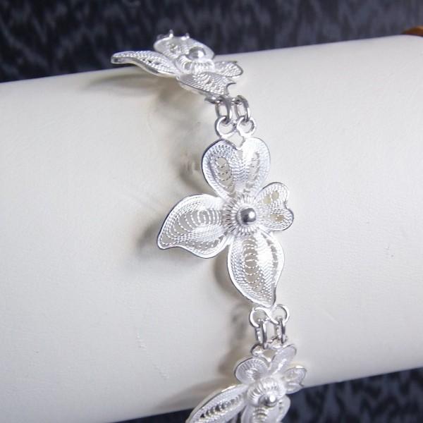Joli bracelet souple composé de six orchidées brodées en argent