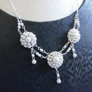 Superbe collier d'un raffinement sans pareil, riche de détails, atout incontournable de vos soirées élégantes