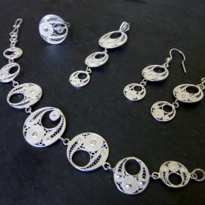 Parure composée de boucles d'oreille, d'un pendentif, d'un bracelet et d'un anneau.